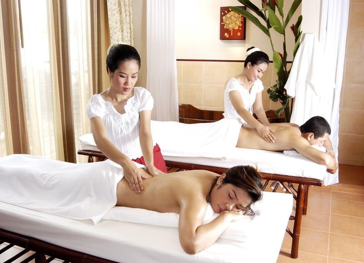Черный массажист и азиатка, подсмотренное в институте фото